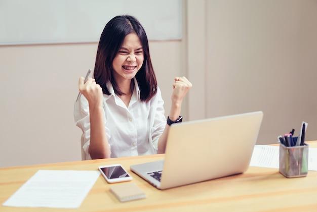 As mulheres de negócios são felizes para ter sucesso no trabalho e mostrar o documento. Foto Premium