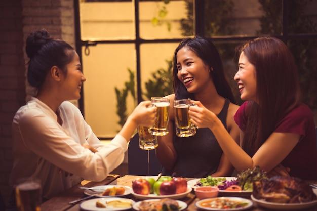 Resultado de imagem para mulheres bebendo