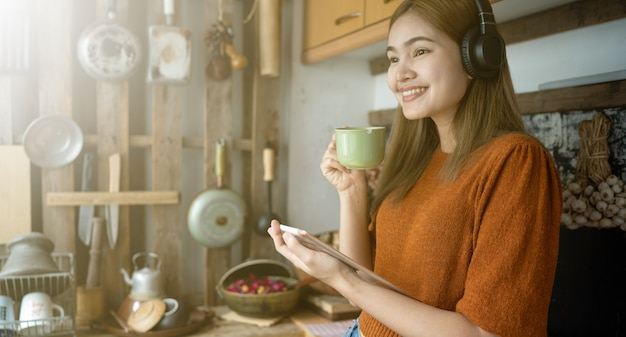 As mulheres estão jogando comprimidos na cozinha. Foto Premium