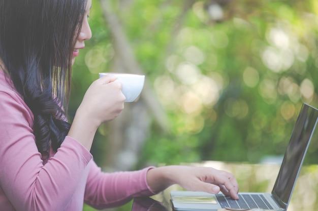 As mulheres estão vendendo produtos através das mídias sociais Foto gratuita