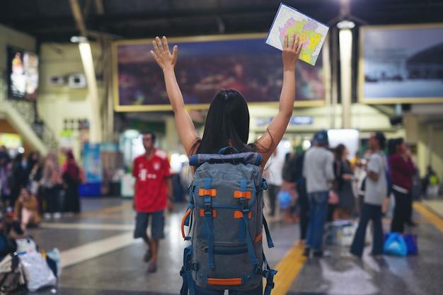 As mulheres gostam de viajar no mapa para a estação de trem. Foto gratuita