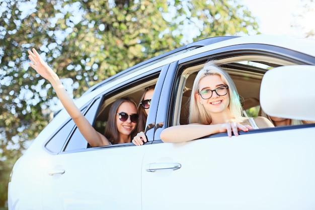 As mulheres jovens no carro sorrindo Foto gratuita