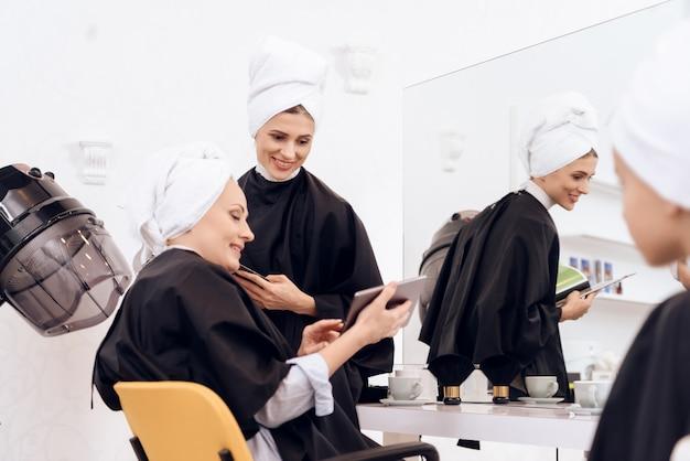 As mulheres lavavam as cabeças no salão de beleza. Foto Premium