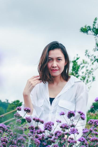 As mulheres no campo de verbena estão florescendo e bonitas na estação chuvosa. Foto Premium