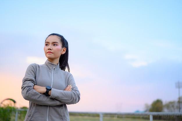 As mulheres novas bonitas preparam-se para exercitar ao ar livre. Foto Premium