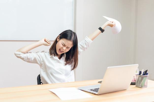 As mulheres têm uma dor nas costas por causa do computador e trabalhando por um longo tempo. Foto Premium