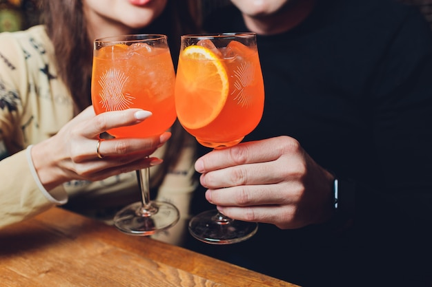 As mulheres tomam um copo de aperol à mesa de jantar. Foto Premium
