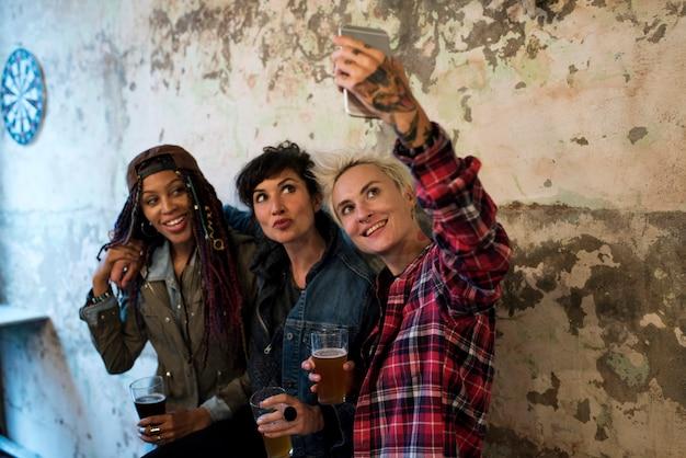As mulheres usam foto de selfie de celular Foto Premium