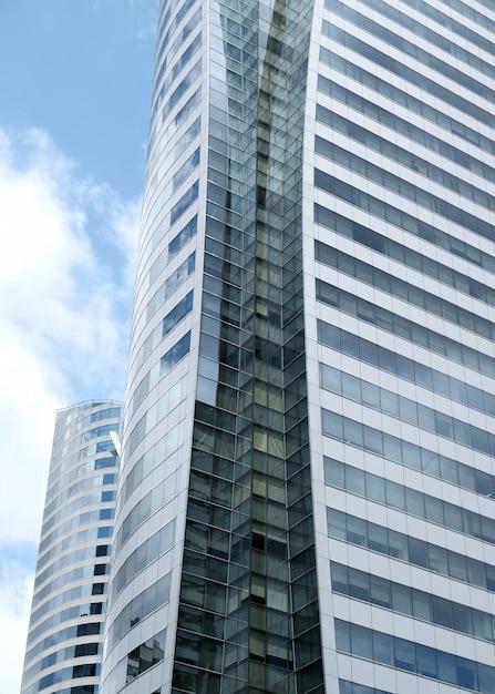As nuvens refletiram nas janelas do prédio de escritórios moderno. Foto Premium