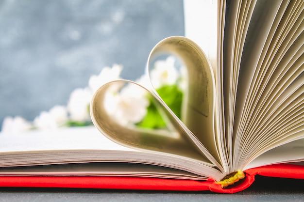 As páginas do livro na capa vermelha são feitas na forma de um coração. Foto Premium