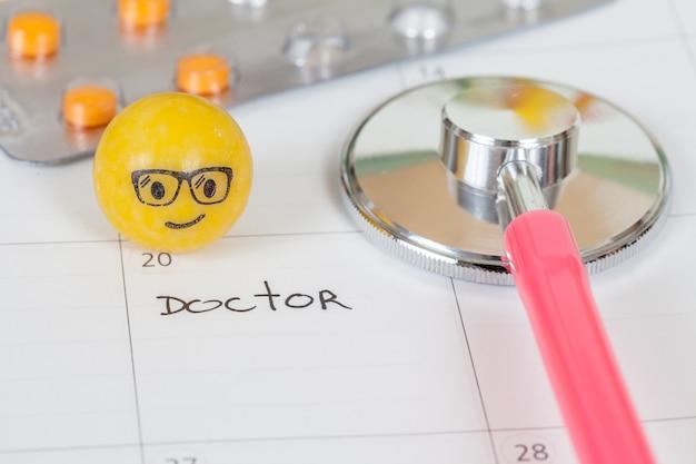 As palavras médico escrito em um calendário para lembrá-lo de uma consulta importante Foto Premium