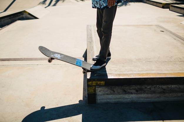As pernas do patinador prontas para fazer um truque Foto gratuita