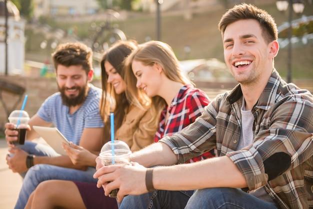 As pessoas bebem suco e relaxar na rua. Foto Premium