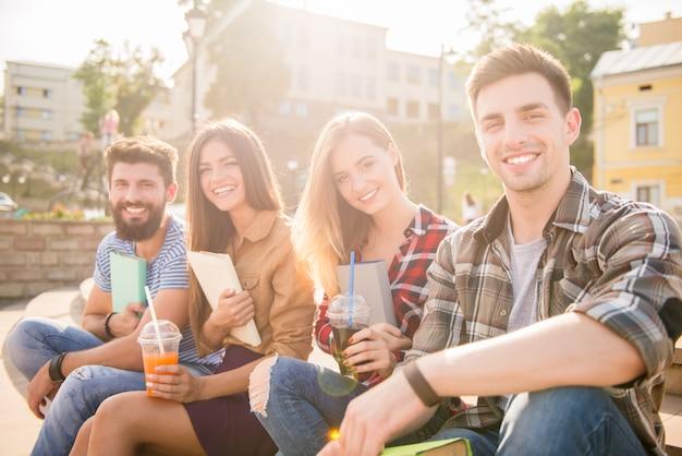 As pessoas bebem sucos e passam o tempo ao ar livre. Foto Premium