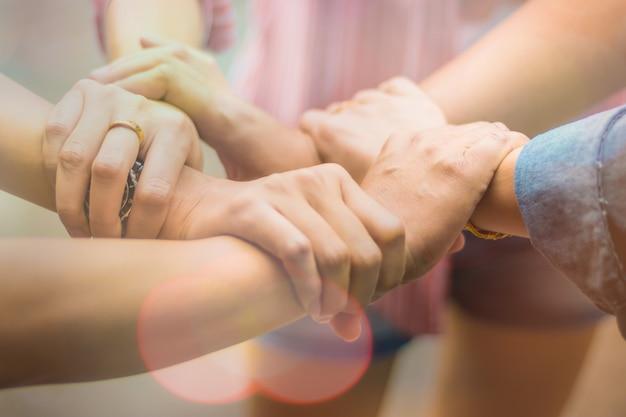 As pessoas do grupo de dupla exposição foram colaboração para confiar no conceito de sucesso nos negócios da parceria do trabalho em equipe na empresa Foto Premium