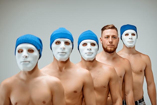 As pessoas em máscaras e um homem sem máscara Foto gratuita