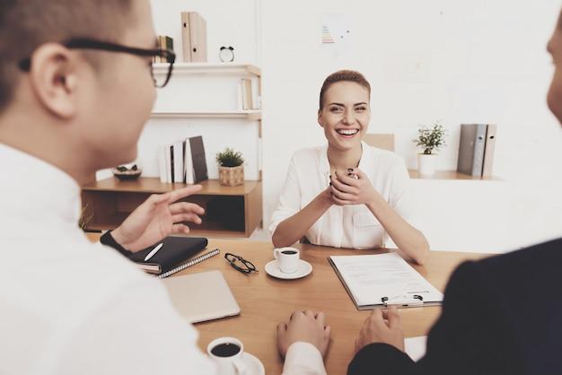 As pessoas estão fazendo perguntas na entrevista de emprego. Foto Premium