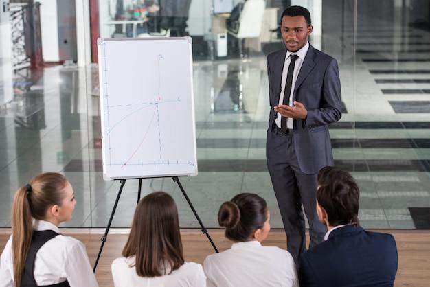 As pessoas estão olhando para um especialista de sucesso. Foto Premium