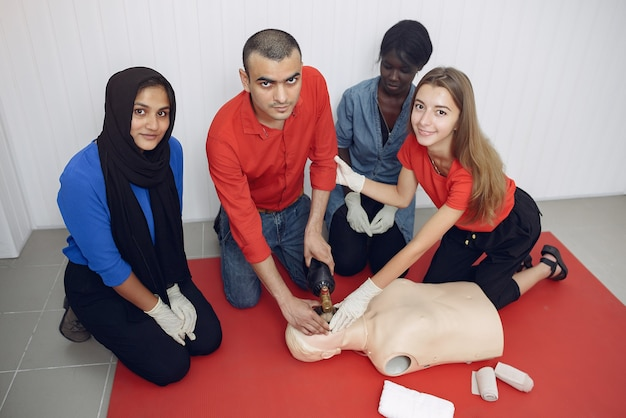 As pessoas estão praticando medicina Foto gratuita