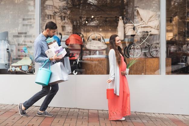 As pessoas estão procurando por compras no shopping center. Foto Premium