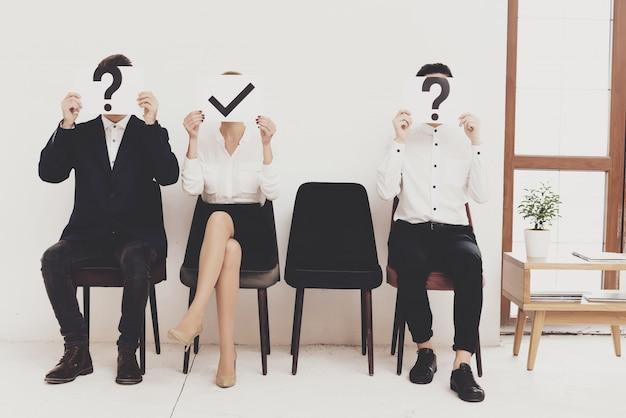 As pessoas estão segurando sinais de diferentes questões. Foto Premium