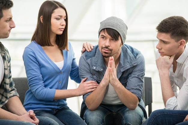 As pessoas estão sentadas em círculo e apoiando umas às outras. Foto Premium