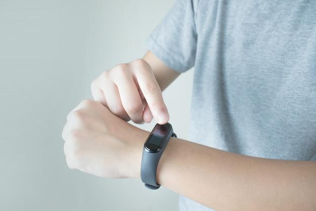 As pessoas estão usando um relógio inteligente para verificar a freqüência cardíaca. Foto Premium