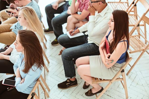 As pessoas na reunião de negócios na sala de conferências. Foto gratuita