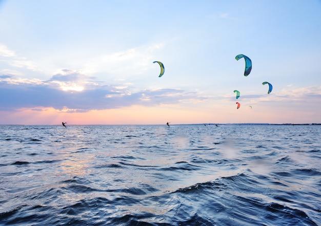 As pessoas nadam no mar em um kiteboard Foto Premium