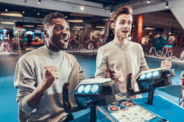 As pessoas se alegram com a vitória no videogame. Foto Premium