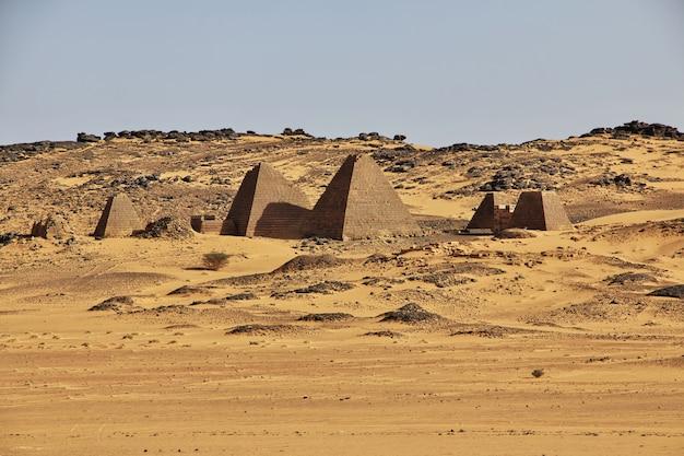 As pirâmides antigas de meroe no deserto do saara, sudão Foto Premium