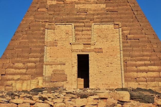 As pirâmides antigas de meroe no deserto do sudão Foto Premium