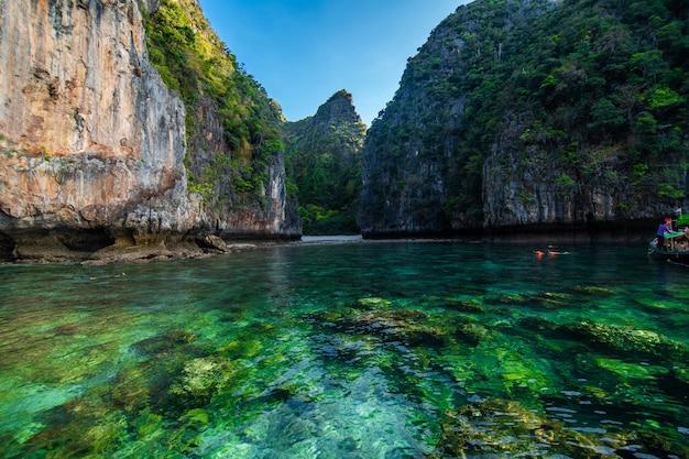 As praias das ilhas ko phi phi e a península de rai ley são emolduradas por impressionantes falésias calcárias. eles são listados regularmente entre as melhores praias da tailândia. Foto gratuita