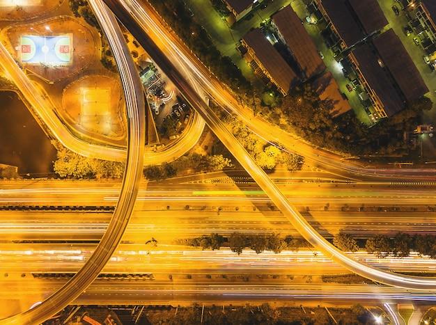 As ruas ao redor da cidade com luz da noite são imagem de alta vista superior. Foto Premium