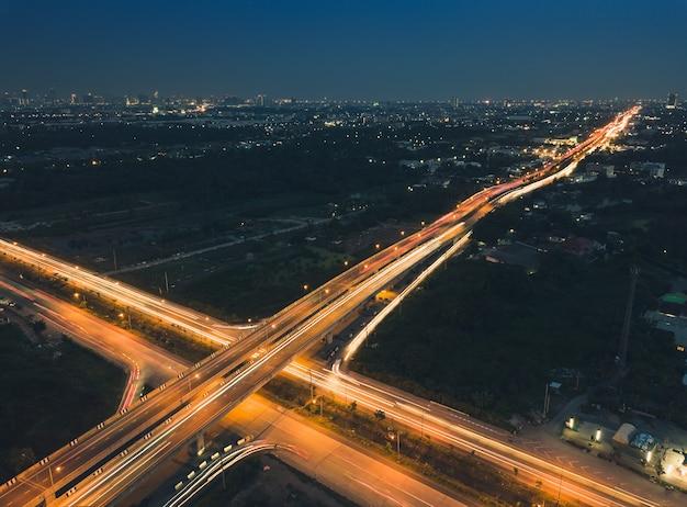 As ruas ao redor da cidade com luz noturna são tomadas de alto ângulo. Foto Premium