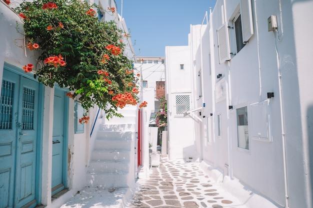 As ruas estreitas da ilha com varandas azuis, escadas e flores. Foto Premium