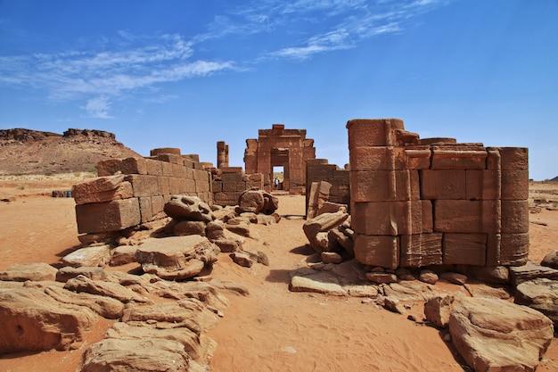 As ruínas de um antigo templo egípcio no deserto do sudão, núbia Foto Premium