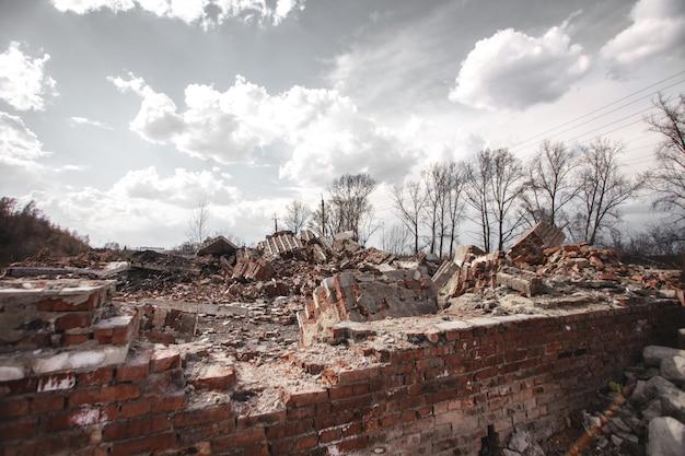 As ruínas de uma casa de tijolos Foto Premium