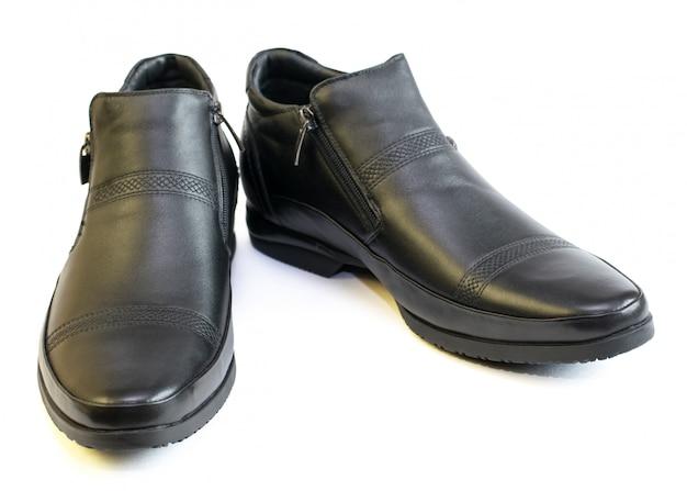 As sapatas dos homens negros do couro isolado no branco. Foto Premium