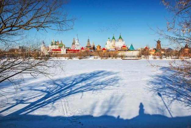 As sombras das árvores na neve perto do izmailovo kremlin em moscou Foto Premium