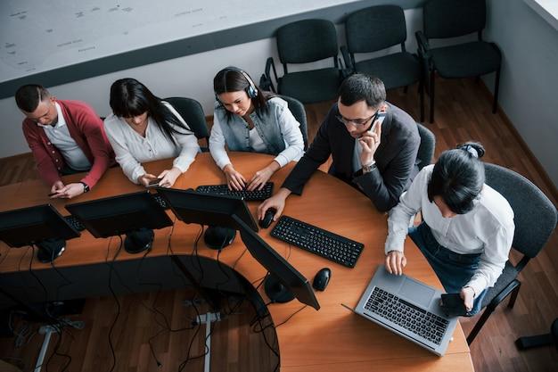 As tecnologias modernas tornam a vida mais simples. jovens que trabalham no call center. novos negócios estão chegando Foto gratuita