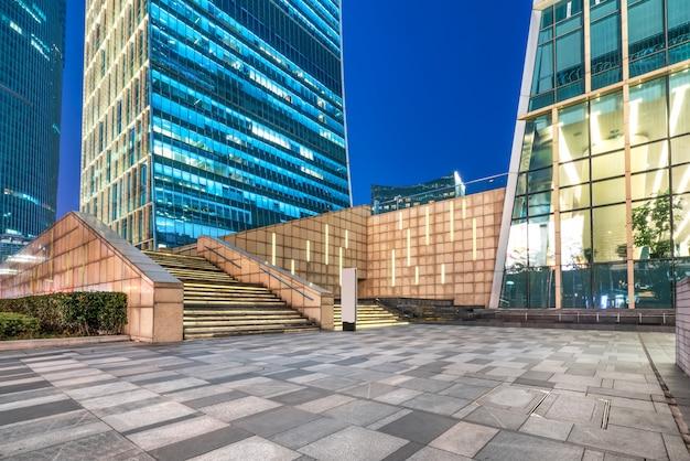 As trilhas leves no edifício moderno Foto Premium