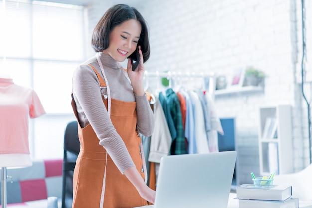 As vendas on-line estão respondendo às perguntas dos clientes por meio de seus laptops Foto Premium