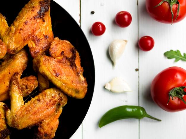 Asas de frango cozido com ervas Foto gratuita