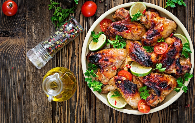 Asas de frango de churrasco em molho agridoce. piquenique. menu de verão. comida saborosa. vista do topo. configuração plana Foto Premium