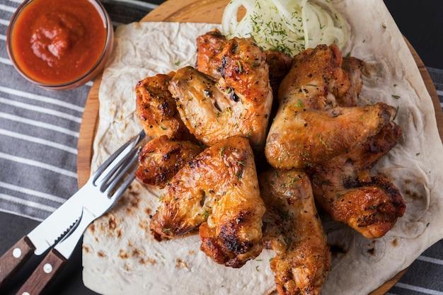 Asas de frango grelhado. fechar-se. vista do topo Foto Premium