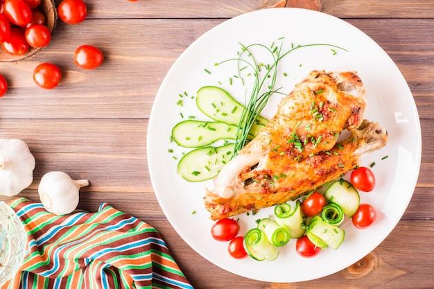 Asas de peru assado com especiarias e legumes Foto Premium