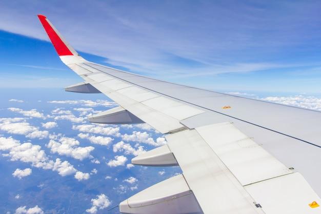 Asas do céu e nuvens brancas voando sobre phuket, tailândia Foto Premium