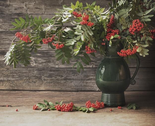 Ashberry em fundo de madeira Foto Premium