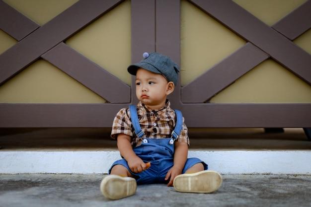 Ásia criança menino criança brincando ao ar livre Foto Premium